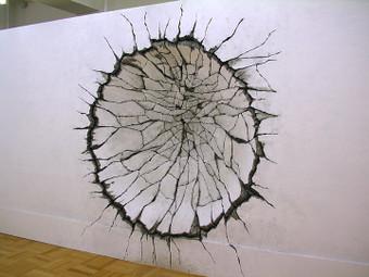 円形にめり込む壁
