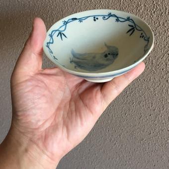 オカメインコ染付茶碗を手に持ったところ