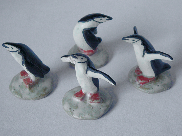 b.ヒゲペンギンの置物4羽シリーズ