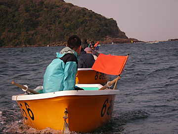 曳かれるボート